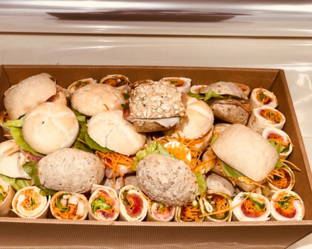 assortiment mini wraps en receptiebroodjes gemengd